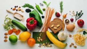 bild yoga und ernährung mit gesunden nahrungsmitteln
