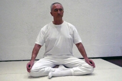 Foto Dr. med. Peter Konopka in Yoga-Sitzhaltung